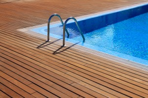 Votre terrasse en bois ira parfaitement avec votre piscine.